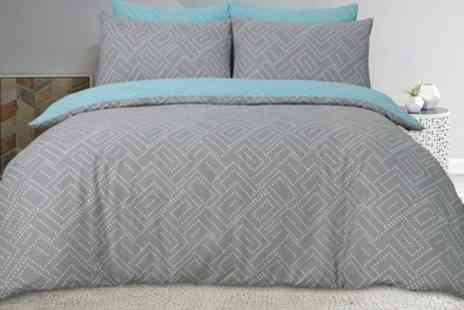 Groupon Goods Global GmbH - Pieridae Reversible Duvet Set - Save 0%