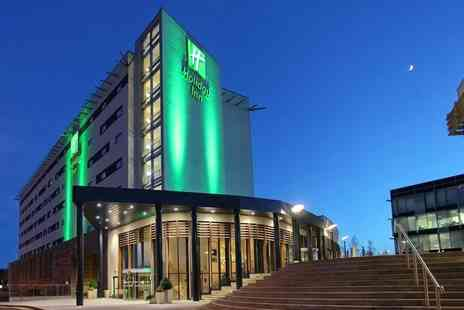 Holiday Inn Reading - Overnight stay for two people with breakfast, dinner, Prosecco, chocolates and spa access - Save 33%