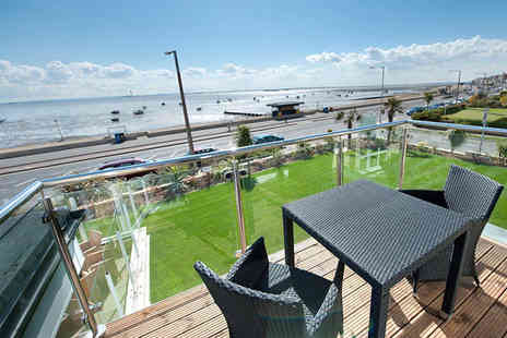 Roslin Beach Hotel - One night stay for 2 including breakfast and bottle of wine - Save 41%