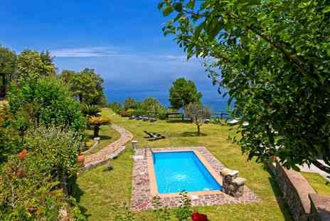 Pera di Basso - Four Star Rustic Farmhouse with Stunning Sea Views for two - Save 0%