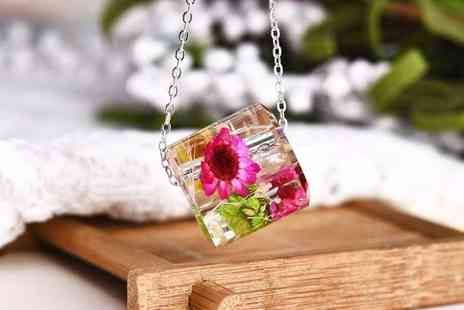 Your Ideal Gift - 3D floral pendant - Save 90%