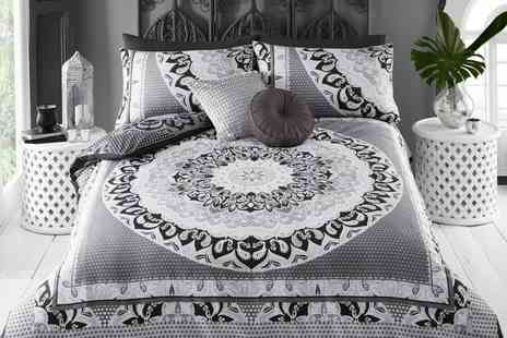 Groupon Goods Global GmbH - Pieridae Reversible Duvet Set in Choice of Size - Save 0%